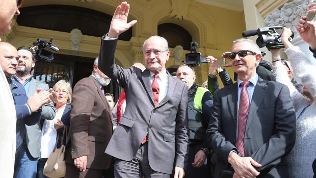 Francisco de la Torre, a las puertas del Ayuntamiento de Málaga durante una concentración vecinal