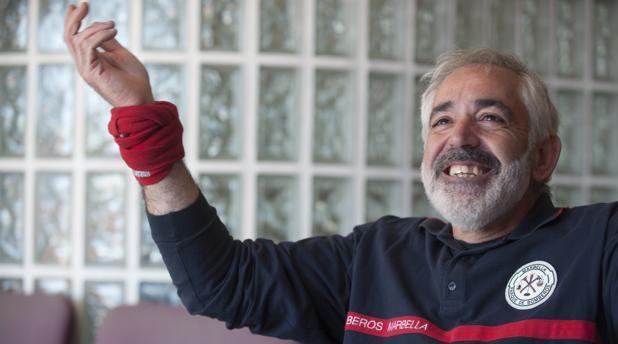 Francisco Ráez hace el gesto de «Siempre fuerte» que popularizó su hijo