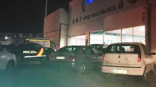 La Policía investiga la muerte de un hombre en su propio concesionario en Baza