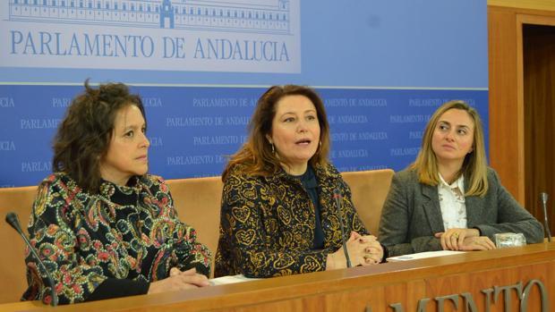 En el centro la portavoz del PP en Andalucía, Carmen Crespo