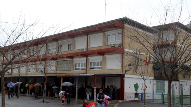 Fachada del colegio actualmente denominado «Ángel Cruz Rueda», de Cabra
