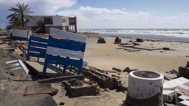 Imagen de la playa de La Antilla en Huelva destrozada por las fuertes olas