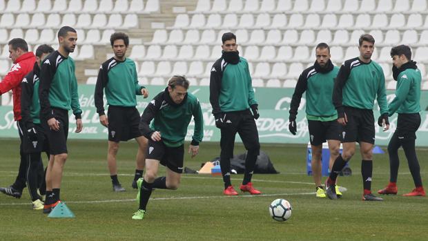 Javi Lara corre a por el balón en un entrenamiento del Córdoba CF en el estadio