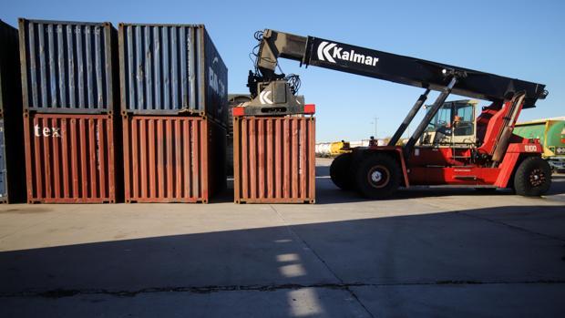 Una máquina recoge contenedores en un área logística