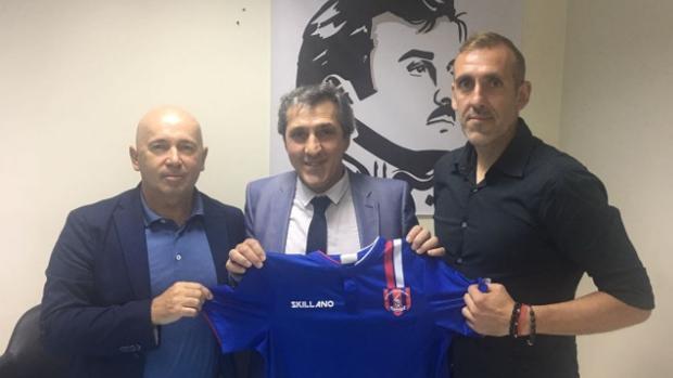 Pepe Murcia, en el centro de la imagen, posa con la camiseta del Al Shahaniya SC