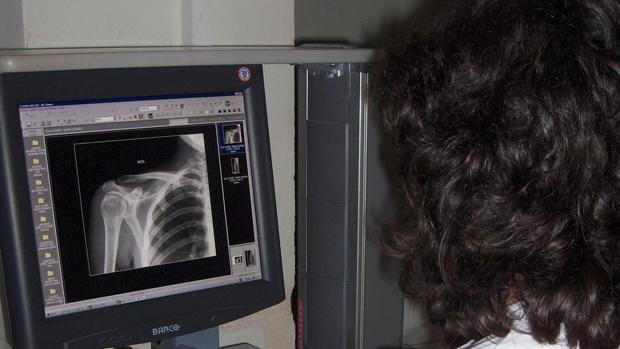 Personal sanitaria trabajando con un equipo de digitalización de rayos x