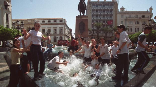 Alumnos de último curso se bañan en la fuente de las Tendillas