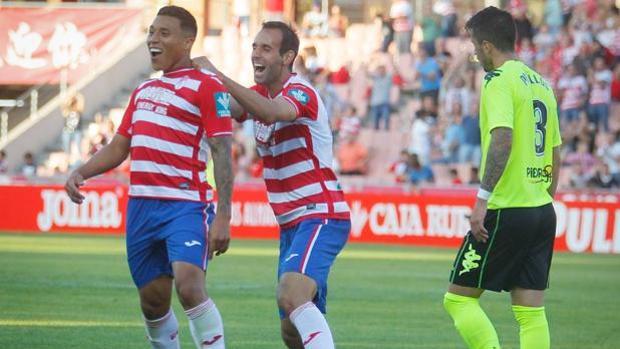 Darwin Machís festeja uno de los goles del Granada frente al Córdoba CF