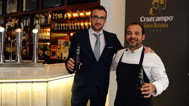 Acuerdo entre Cruzcampo y Kisko García en su restaurante de Córdoba