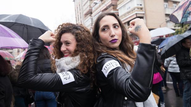 Dos de las participantes en la concentración feminista de Córdoba del 8-M