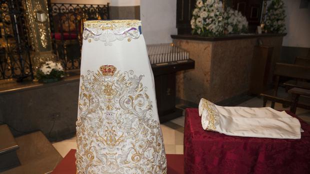 La nueva saya donada a la Virgen de la Paz de Córdoba por sus costaleros