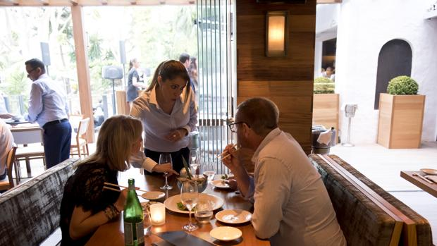 Una pareja cena en el restaurante Nobu de Marbella