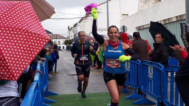 Elena Moreno celebra la victoria en la Media Maratón Espiel-Belmez a su llegada a meta en las calles belmezanas
