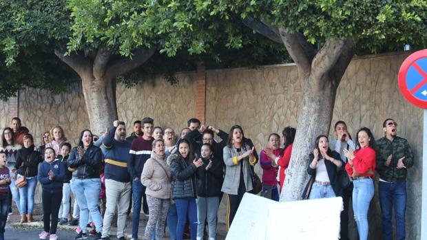 Personas concentradas ante la Comandancia de la Guardia Civil de Almería
