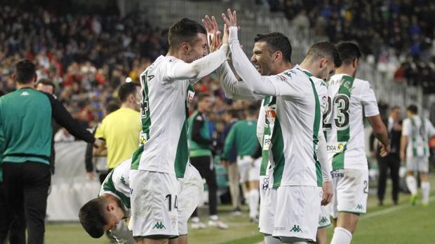 Sergi Guardiola y José Antonio Reyes celebran el tanto del triunfo contra el Club Deportivo Lugo