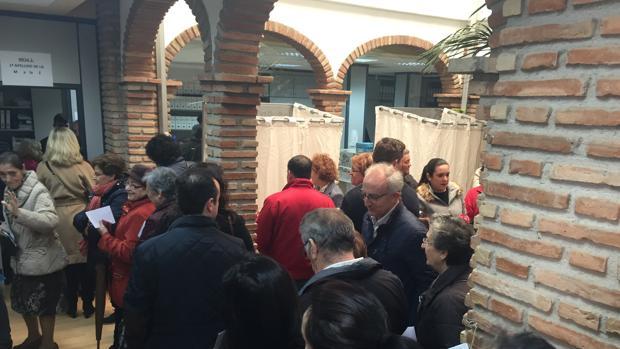 Colas de ciudadanos votando, durante la mañana de este domingo