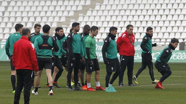Los jugadores del Córdoba hacen una tanda de velocidad
