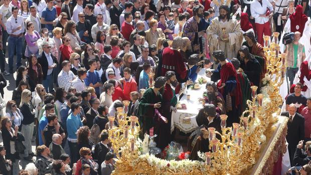 La Sagrada Cena con flores blancas en la Semana Santa de 2010