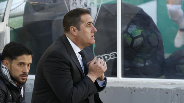 José Ramón Sandoval en el banquillo del estadio El Arcángel contra el Club Deportivo Lugo