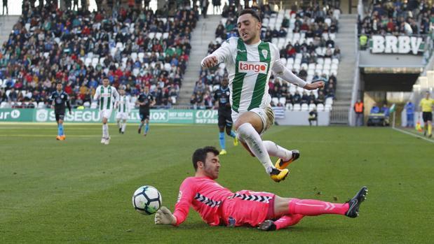 Juan Carlos arrolla a Aguza en un momento del Córdoba CF-CD Lugo