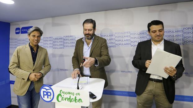 Andrés Lorite, Adolfo Molina y José María Bellido en la sede del PP