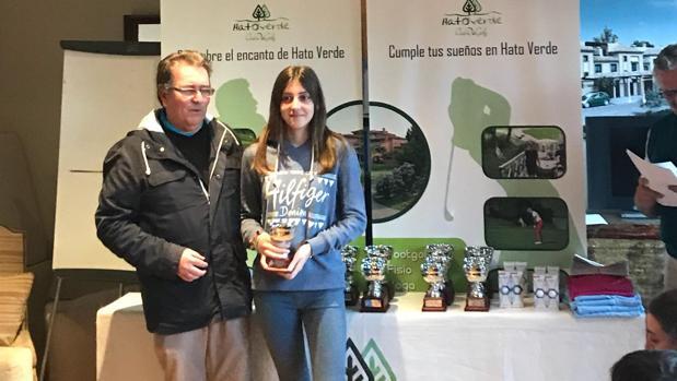 Lourdes Cámara recibe el trofeo de ganadora en Hato Verde