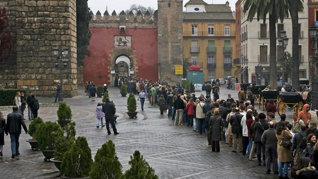 Un grupo de turistas hace cola en la Puerta del León para acceder a los Reales Alcázares de Sevilla