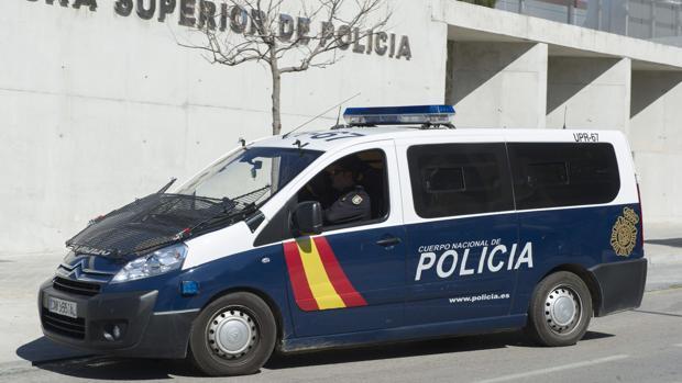 Furgón policial frente a la sede de la Jefatura Superior de Policía de Granada