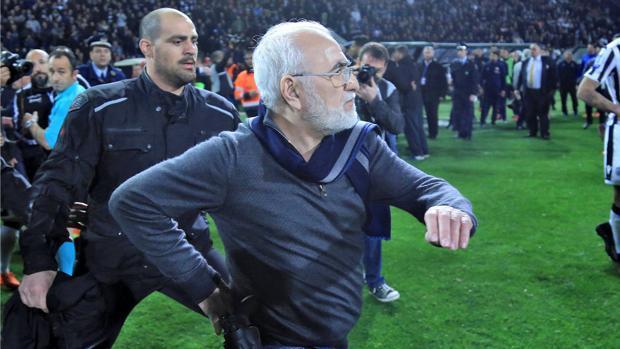 El presidente del PAOK, Ivan Savidis, con la pistola y un guardaespaldas en el campo