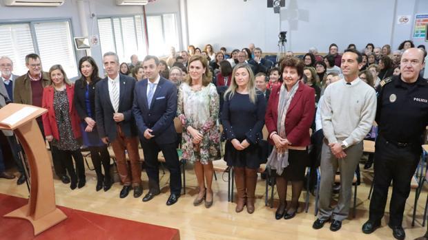 La comunidad escolar junto al delegado de Educación y al alcalde de Lucena, este lunes