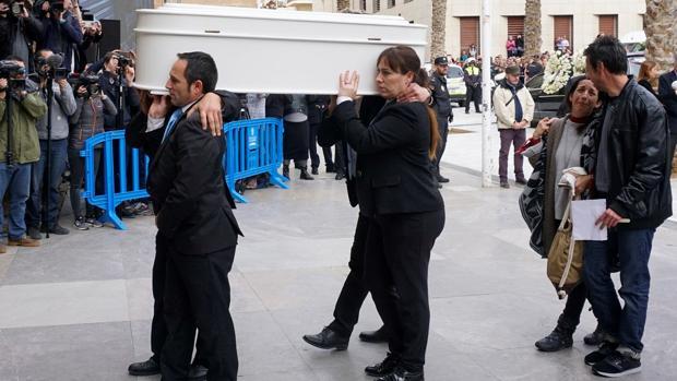 El ataúd del pequeño Gabriel entrando en la Catedral de Almería