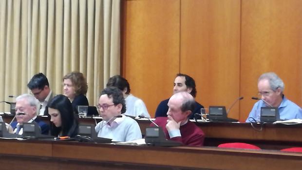 El presidente de Aucorsa, el edil Andrés Pino (PSOE), sigue con gesto serio el debate sobre el aval