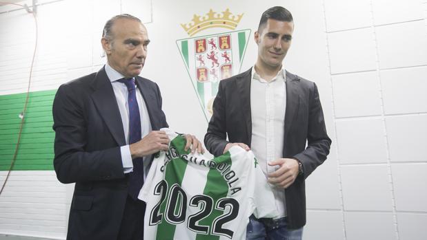 Guardiola y Oliver posan con la camiseta del Córdoba