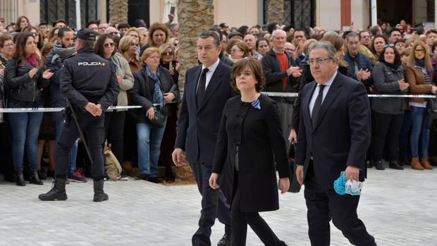Juan Ignacio Zoido y Soraya Sáenz de Santamaría acudiendo al funeral de Gabriel Cruz