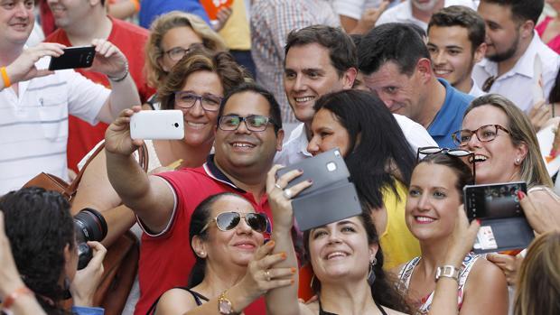 «Selfie» con Albert Rivera en un mitin de Ciudadanos en Córdoba