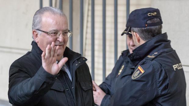 Antonio Fernández a la entrada de la Audiencia