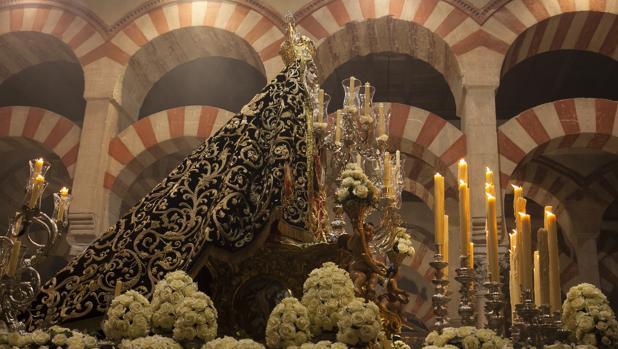 La Virgen de los Dolores de Córdoba, con manto de los años 20, saya del siglo XIX, peana del XVIII y paso de 1937