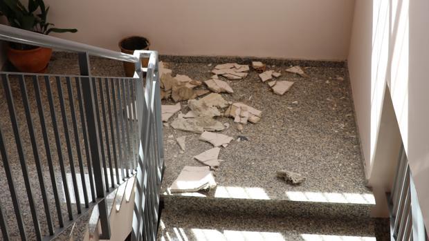 Restos del falso techo de la Escuela de Idiomas de Lucena que se desprendió