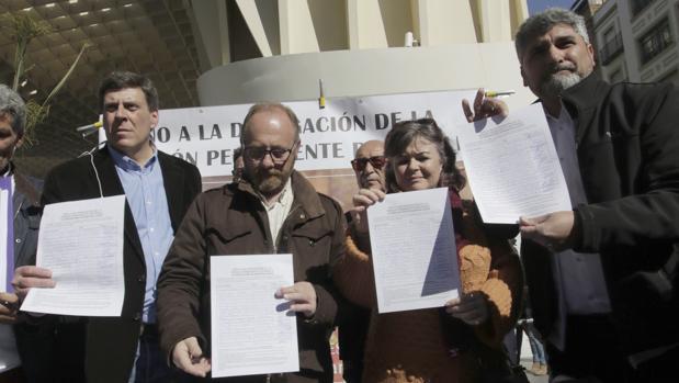 Juan Carlos Quer, Antonio del Castillo, Ruth Ortiz y Juan José Cortés, recogiendo firmas en Sevilla