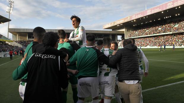 Aguado celebra encima de sus compañeros con el campo lleno el gol del triunfo ante el Lorca