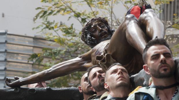 Legionarios portan la pasada Semana Santa el cristo de la Buena Muerte del Jueves Santo malagueño