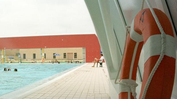 En Lucena se precisa un socorrista para piscina cubierta y al aire libre