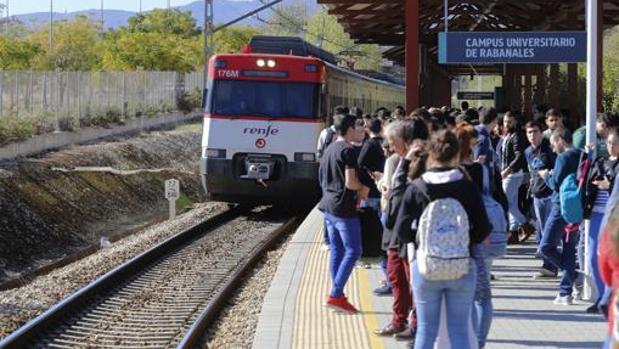 Un tren llegando al apeadero del campus de Rabanales