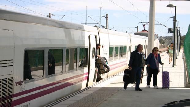 Pasajeros en la estación del AVE de Villanueva de Córdoba-Los Pedroches