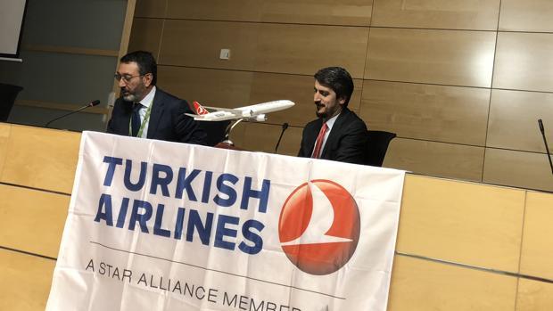 Mehmet Akalin (corbata roja) junto al director del Aueropuerto de Málaga, Salvador Merino