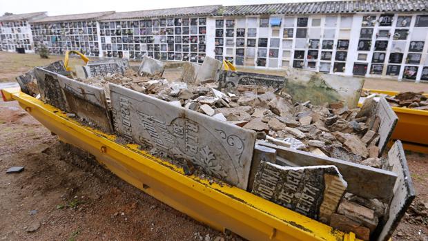 Lápidas históricas del cementerio de la Salud en cubetas de escombros