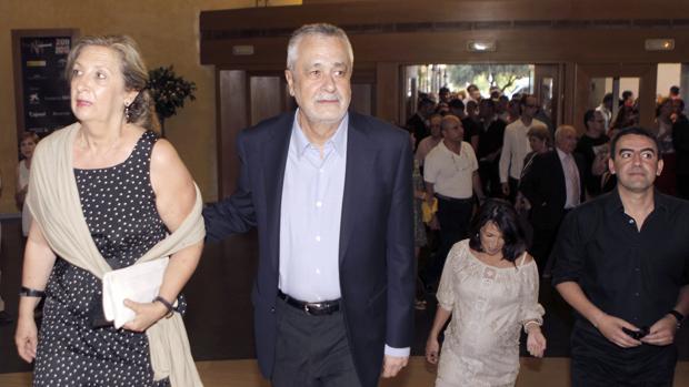 El presidente de la Junta, José Antonio Griñán, acompañado por su esposa, Mariate Caravaca, en el teatro