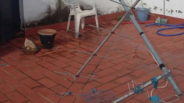 Antena de televisión destrozada por la fuerza del viento en Aguilar de la Frontera