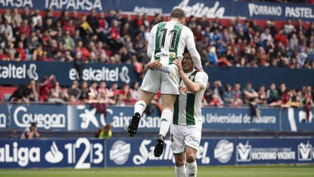 Javi Galán festeja con Narváez el gol anotado en El Sadar