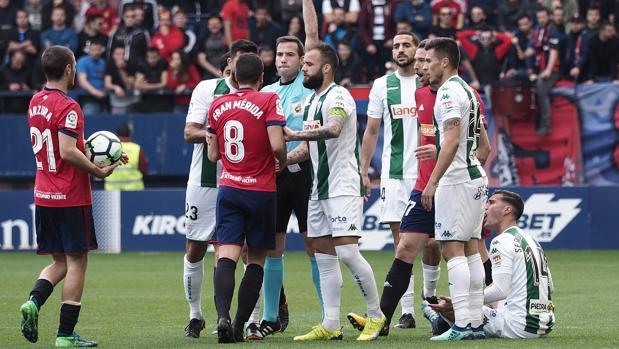 Fran Mérida con Edu Ramos y Aythami, en uno de los líos de Osasuna-Córdoba CF en El Sadar